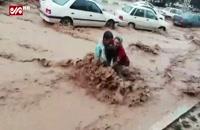 لحظه نجات یافتن مادر و فرزند از سیل شیراز