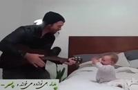 پدر ، می نوازد و می خواند ؛ و پسر ...
