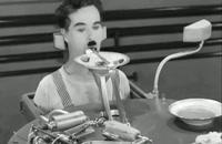 «چارلی چاپلین» در سکانس ماشین سرو غذا در فیلم «عصر جدید»_1936